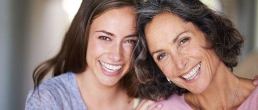Junge Frau mit Mutter