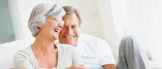 Älteres Paar lacht
