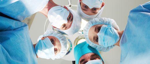 Ärzte bereiten OP vor